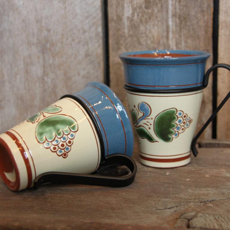Kaffekrus med Blå Unikum-dekor i ny fassong og med nydesignet avtagbar stålhank