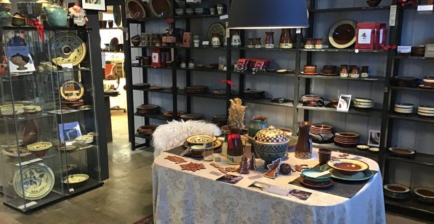 Verkstedutsalget på Potteriet Røros bugner av keramikk